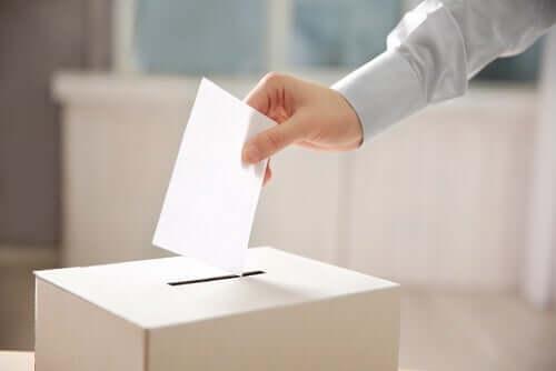 Oy kullanan bir adam