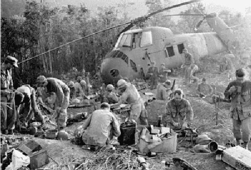 Savaştaki bazı insanların siyah beyaz bir fotoğrafı.