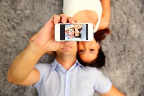Selfie çeken bir adam ve bir kadın.
