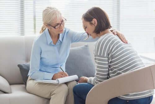 Terapi seansında terapisti ile konuşmakta olan bir kadın.