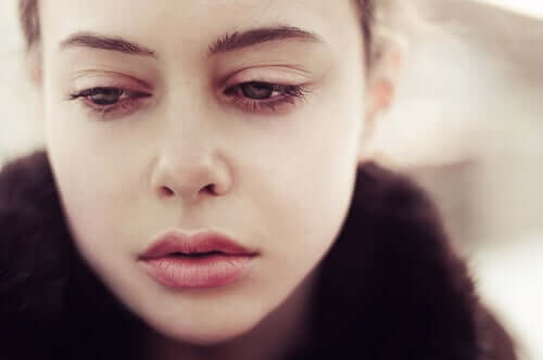 Üzgün bakan bir kadın