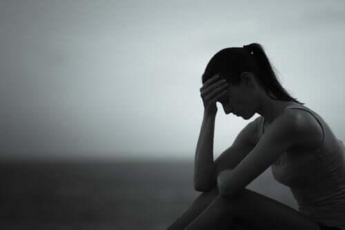 oturan üzgün kadın
