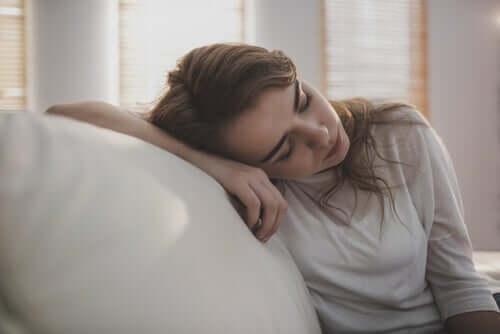 Koltukta yatan yorgun bir kadın.