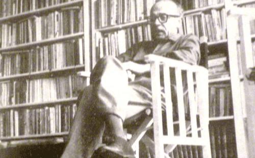 Ernesto Sabato kütüphanede zaman geçiriyor.