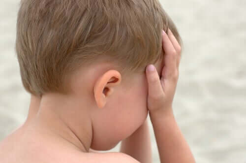 Ağlayan bir oğlan çocuğu.