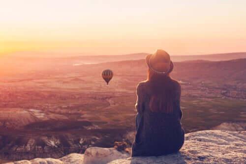 Balonu seyreden kadın