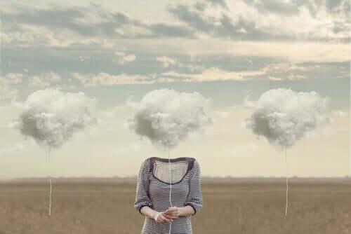 kafasında bulut tutan kadın