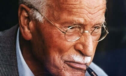Mutluluğun anahtarı hakkında düşünen Jung