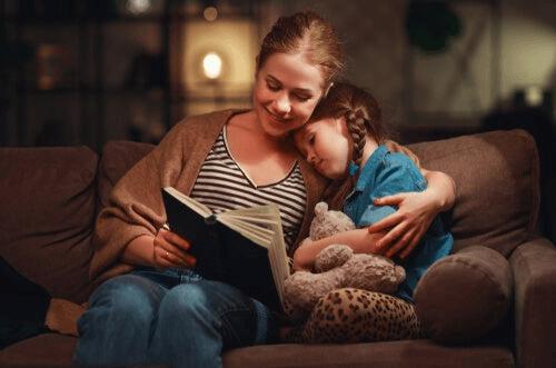 Kızına kitap okuyan bir anne.