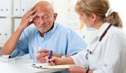Hastasıyla konuşan aile hekimi