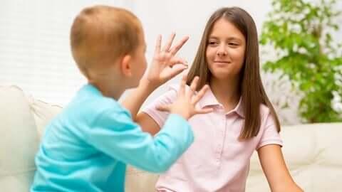 İşaret dilinde konuşan çocuklar