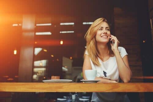Telefonda konuşurken gülümseyen kadın