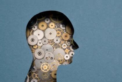 Metal çarklardan yapılmış insan kafası