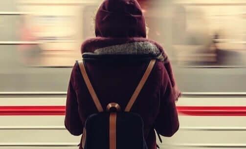 metro durağında kadın