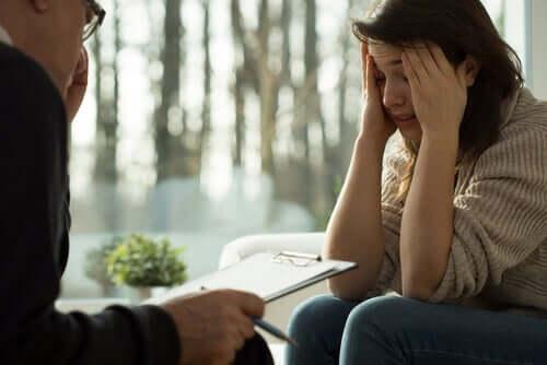 Psikolog yardımı alan kadın