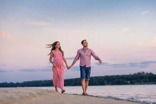 sahilde yürüyen çift