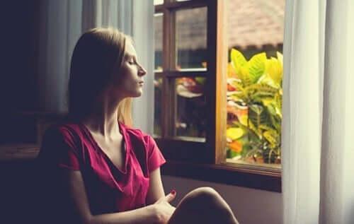 üzgün kadın camdan dışarı bakıyor ve problemleri çözmek