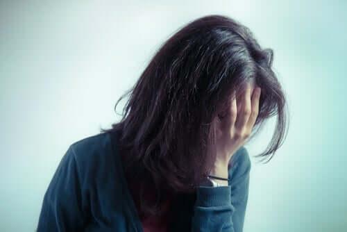 üzgün kız eliyle yüzünü kapatıyor ve kuru üzüm egzersizi