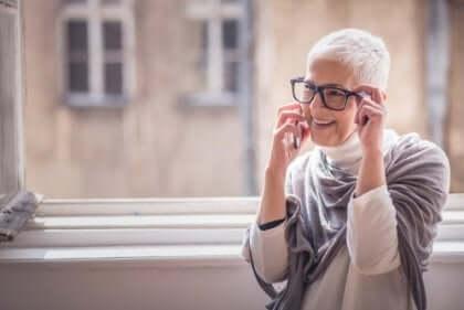 Yaşlı kadın telefonla konuşuyor