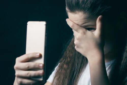 Çevrimiçi çocuk istismarı ve istismar edilen kız