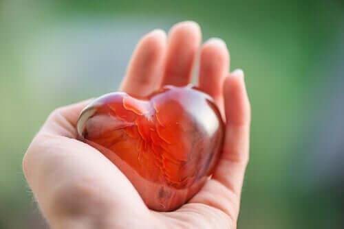 bir avuç içinde cam bir kalp