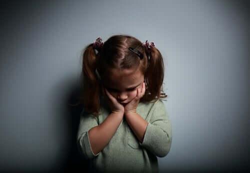 Endişeli görünen küçük bir kız.