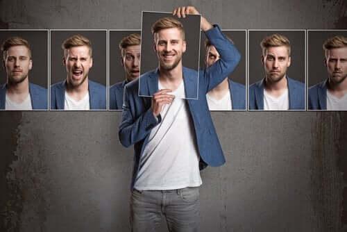 Farklı yüzleri kendisinin farklı fotoğrafları ile temsil edilen bir adam.