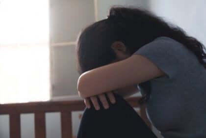 kollarına kapanmış kadın