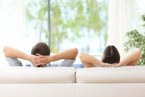 Koltukta rahat bir şekilde yatan bir çift.