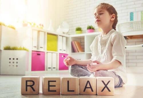 Derste meditasyon yapan küçük bir kız.