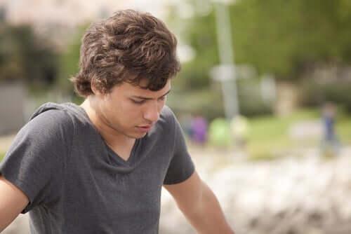 Riskli davranışlar sergileyebilecek yaşta genç adam