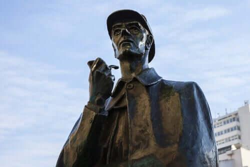 Sherlock Holmes, şapkası ve piposu.