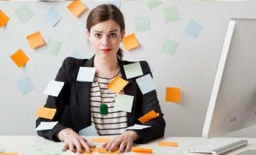 Not kağıtları kullanarak stresini azaltmaya çalışan bir kadın.