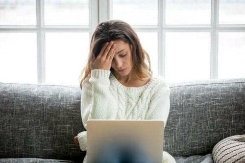 bilgisayarının başında oturan stresli kadın