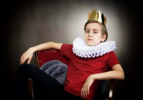 Tahtında oturan bir çocuk