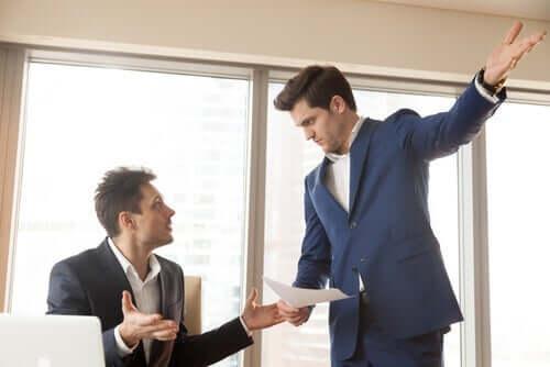 tartışan iki takım elbiseli adam