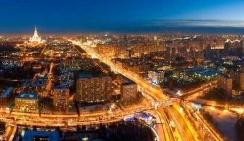 Çok aydınlık bir şehir.