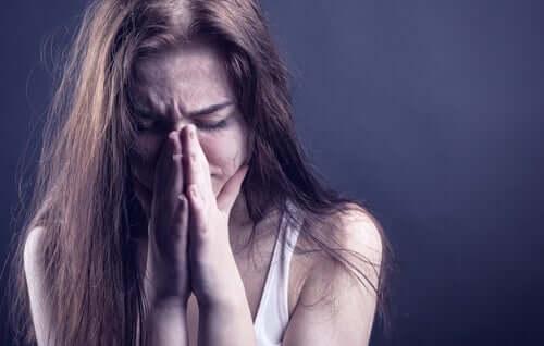 Uyuşturucu kurbanı üzgün kadın