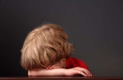 Üzgün görünen bir oğlan çocuğu.