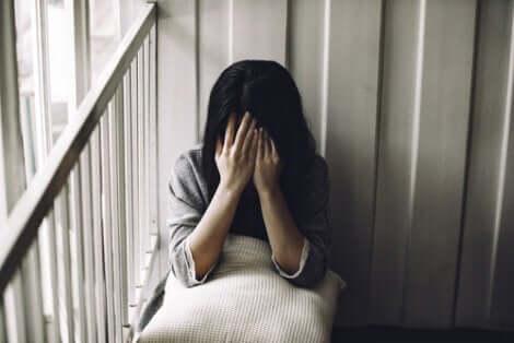 Üzgün kadın yerde oturuyor