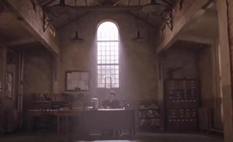 Yeşil Yol filminde Tom Hanks'in masasında çalıştığı sahne