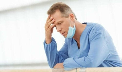 yorgun ve başı ağrıyan doktor