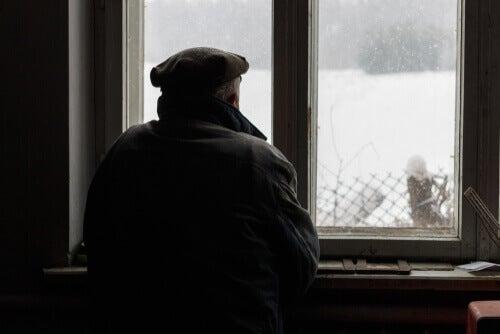 Alzheimer adam pencereden dışarı bakıyor