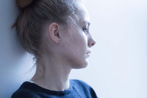 duvara yaslanmış endişeli kadın