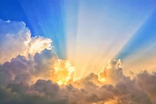 bulutların arasından görünen güneş ışınları