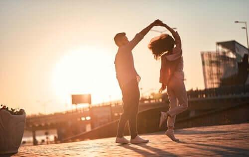 Dans eden bir çift.