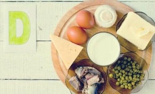 bir tabakta yumurta,süt ürünleri ve bezelye gibi d vitamini içeren besinler