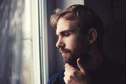 camın önünde düşünen adam