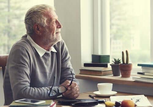 Düşünen yaşlı bir adam.