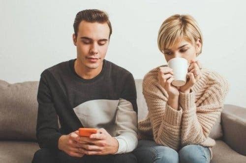 Kıskanç ve pasif-agresif bir kadın eşinin mesajlarını kontrol ediyor.